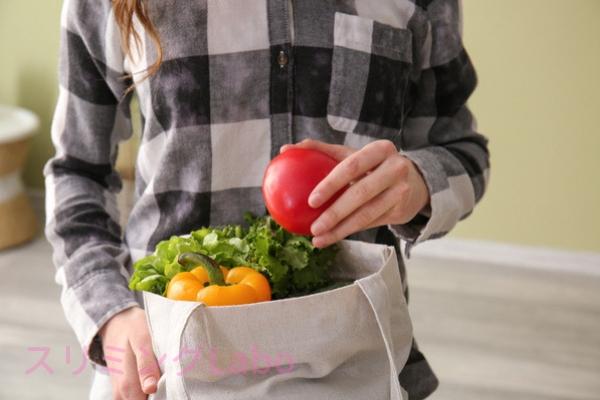 野菜を手に取る女性